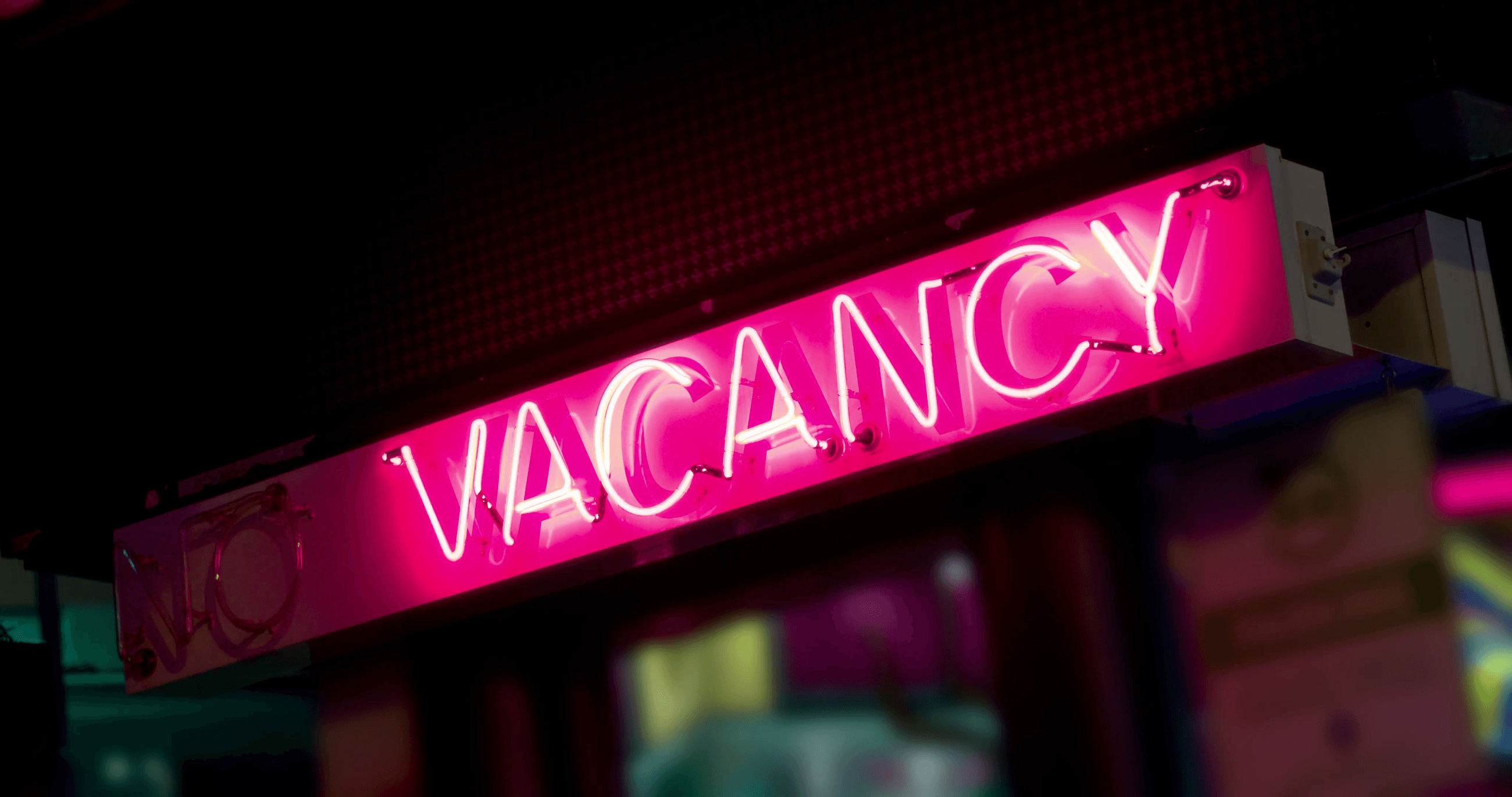 vacancy-sign-at-hotel-in-city-4k_xkwnsyqb__F0000